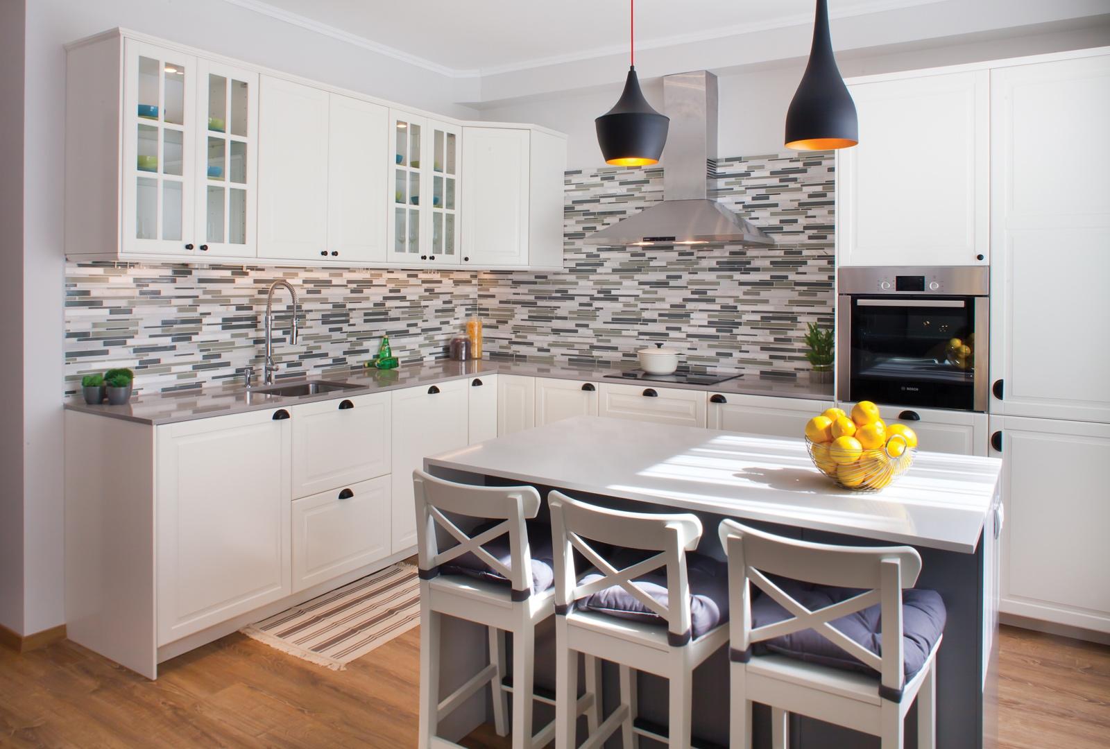 Класическа кухня в сиво и бяло с остров
